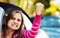 Nervi la volan. De ce se enervează femeile atunci când conduc?