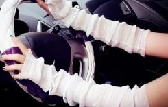 Femeile sunt elegante chiar și atunci când conduc