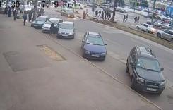Eliberați zona, că nu știe să conducă! O domnișoară din Republica Moldova a lovit două mașini și a fugit