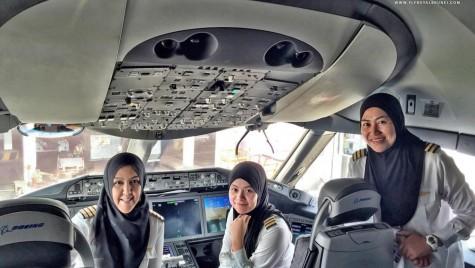 Femeile care pilotează avioane, în țara în care nu au voie să conducă mașini