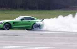 Matt LeBlanc de la Top Gear face praf cauciucul unui Mercedes-AMG GT R