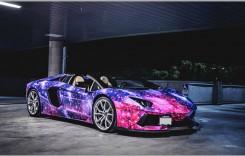 Mașini puternice în culori excentrice