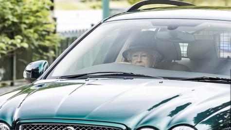 S-a săturat de etichetă! Regina Angliei surprinsă la volan