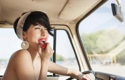Femeile se uită mai mult în oglinzile retrovizoare decât bărbații. Știți de ce?