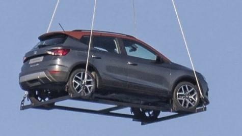 Zboară, SUV-ule, zboară! SEAT Arona spionat în zbor deasupra Barcelonei