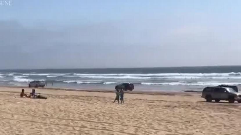 Cu mașina pe plajă