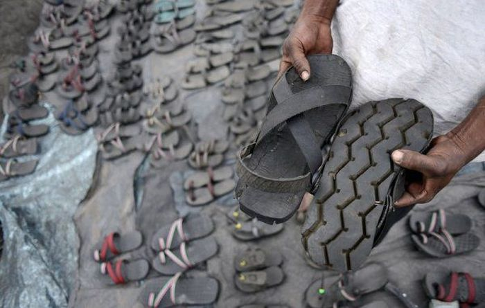shoes_made_out_from_used_tires_in_kenya_ma101