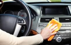 Ieftin și eficient! Cum să curățăm mașina cu ingredientele din casă