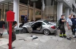 Un Mercedes SLK intră într-o reprezentanță Tesla. Nu e banc!