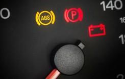 Martorul ABS. Ce trebuie să faci când se aprinde în bordul auto