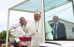"""""""Mi-a tras un pumn!"""" Papa Francisc glumește după ce s-a lovit la cap în geamul papamobilului"""