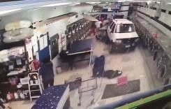 A greșit spălătoria! Un șofer în vârstă intră cu mașina în spălătoria de haine!