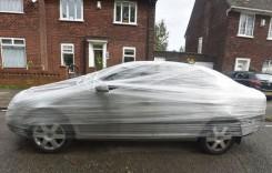 Asta pățești dacă parchezi aiurea – Și-a găsit mașina înfășurată în folii de plastic