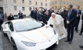 Un Lamborghini primit de Papa Francisc a fost vândut la licitație