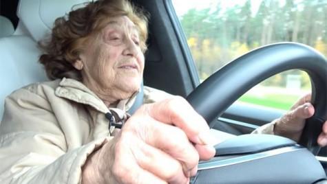 Bunicuța de 92 de ani, care a condus mașini sovietice toată viața, trece acum la Tesla!