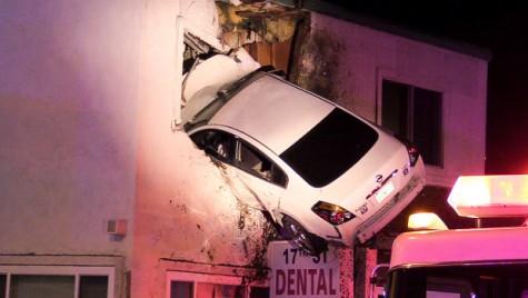 Cu mașina la dentist – S-a înfipt în clădirea unui cabinet dentar
