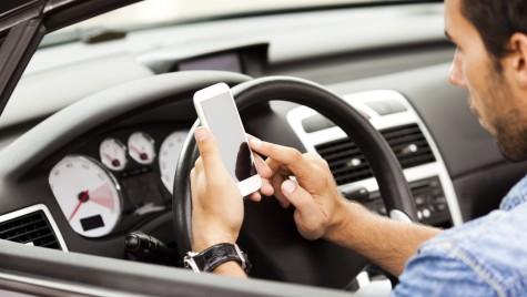 Legea interzice folosirea telefonului mobil în mașină, chiar dacă ai tras pe dreapta