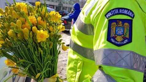 """Polițiștii de la Brigada Rutieră din București au """"amendat"""" șoferițele cu flori și mărțișoare"""