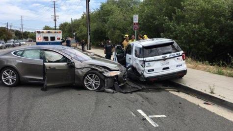 Accident cu cine nu trebuia! Tesla Model S lovește o mașină de poliție în timp ce rulează pe Autopilot