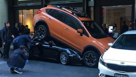Asta a înțeles valetul prin parcare supraetajată. Un Porsche 911 e bun de dat la fiare vechi