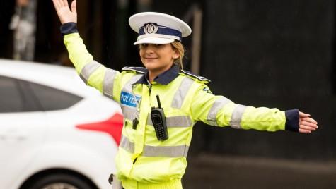 De ce zâmbea polițista în ploaie în intersecție?