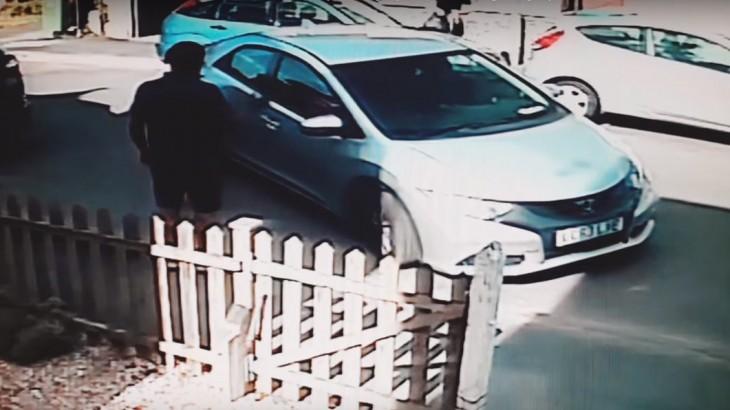 Săraca mașină are vreo vină? Doi șoferi s-au chinuit 8 minute să parcheze!
