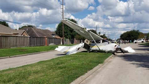 Atenție, cad avioane! Două mașini au fost avariate de un avion prăbușit
