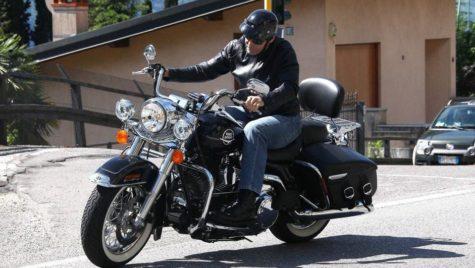 George Clooney donează o motocicletă. De ce îl obligă soția?