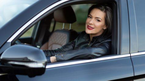Ce mașină conduce femeia cu cele mai lungi picioare din România, Roxana Ciuhulescu