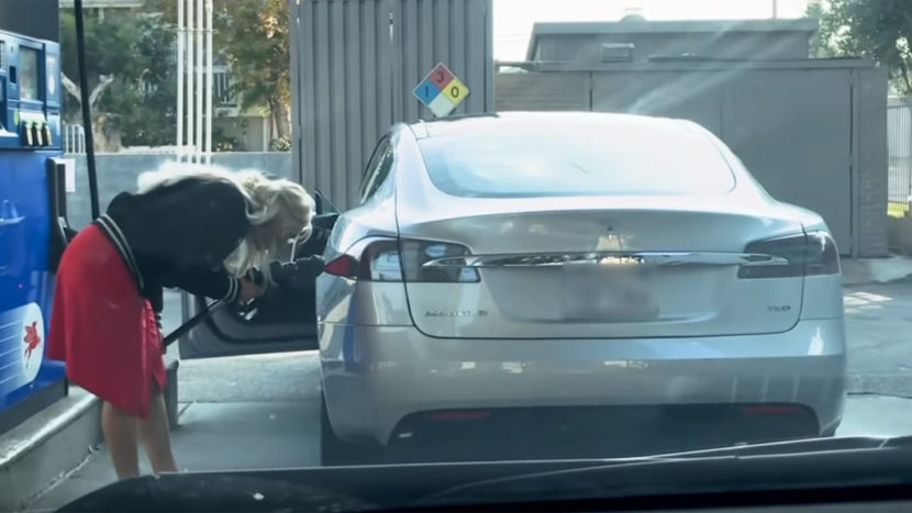 Tesla la benzinărie