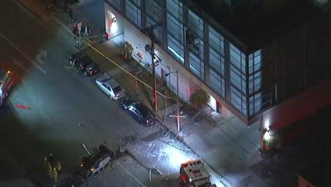 A căzut în gol cu mașina de la etajul 3 al unei parcări și a supraviețuit. Ce conducea?