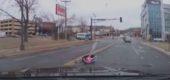 Imagini terifiante. Un copil a căzut din mașină cu tot cu scaunul auto
