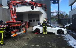 Cum au stins pompierii un BMW i8 care luase foc?