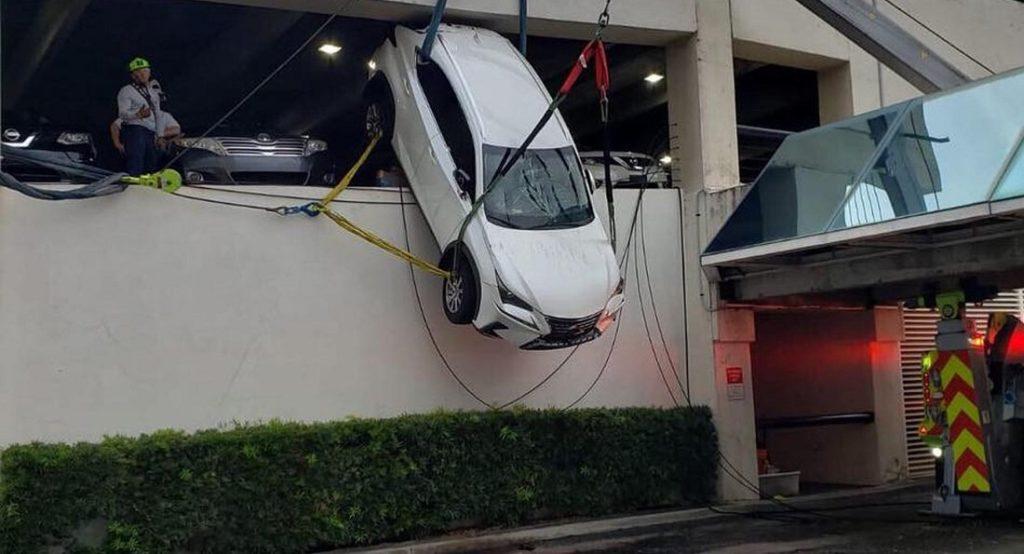 Atarnata din parcare