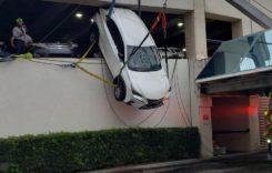 Era să cadă cu mașina din parcare. Operațiune de salvare impresionantă