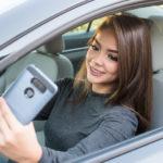 """Poliția râde de cei care își fac poze la volan: """"Trimite-ne un selfie în privat!"""""""
