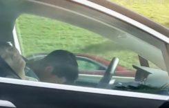 Pericol public! A fost filmat în timp ce dormea dus la volan