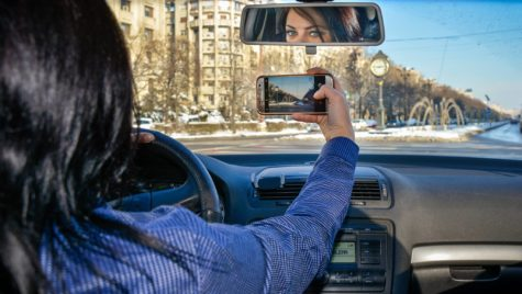 Cum poți să scapi de amendă pentru că folosești telefonul la volan?