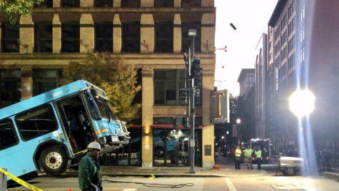 Autobuz prăbușit într-o groapă uriașă în asfalt