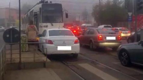 """""""Lasă-mă să trec!"""" Asta i-a cerut vatmanului șoferița care mergea pe contrasens și s-a întâlnit cu tramvaiul"""