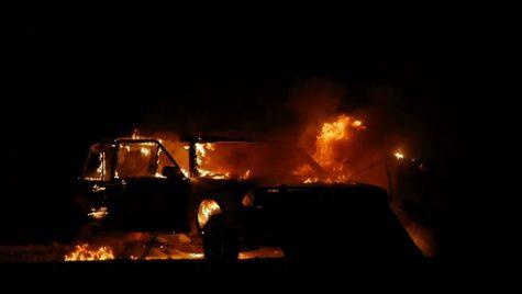 S-a plictisit de mașina veche și i-a dat foc. VIDEO